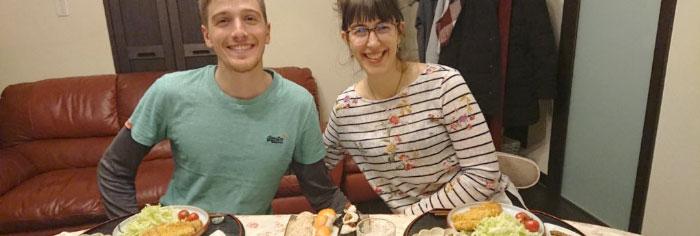 料理を楽しむ外国人
